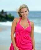 Mujer rubia joven imponente que recorre en la playa Foto de archivo