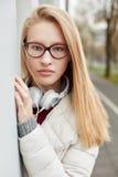 Mujer rubia joven que parece seria Fotos de archivo