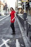 Mujer rubia joven que se coloca en la calle Imagenes de archivo