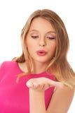 Mujer rubia joven que sopla un beso Fotografía de archivo
