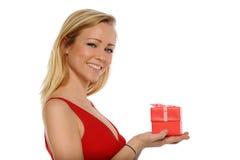 Mujer rubia joven que sostiene un regalo de la tarjeta del día de San Valentín Fotografía de archivo
