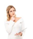Mujer rubia joven que sostiene una tableta Imagenes de archivo