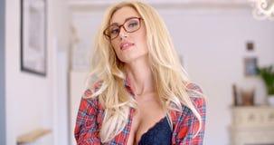 Mujer rubia joven sensual que muestra hendidura almacen de video
