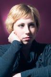 Mujer rubia joven seria fotografía de archivo libre de regalías