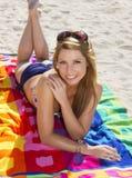 Mujer rubia joven vacationing en la playa Imagenes de archivo