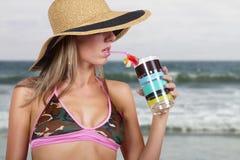 Mujer rubia joven vacationing en la playa Fotos de archivo