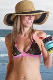 Mujer rubia joven vacationing en la playa Foto de archivo