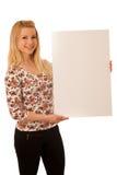 Mujer rubia linda con la bandera blanca en blanco aislada sobre el CCB blanco Fotos de archivo