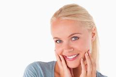 Mujer rubia linda que sonríe en la cámara Imágenes de archivo libres de regalías
