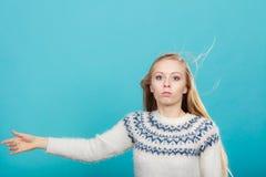 Mujer rubia loca con el pelo rubio windblown Fotografía de archivo libre de regalías