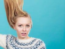 Mujer rubia loca con el pelo rubio windblown Imágenes de archivo libres de regalías