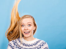 Mujer rubia loca con el pelo rubio windblown Fotografía de archivo