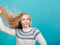 Mujer rubia loca con el pelo rubio windblown Imagen de archivo libre de regalías