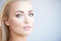 Mujer rubia magnífica con los ojos verdes hermosos fotos de archivo libres de regalías