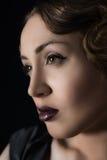 Mujer rubia oscura joven con maquillaje de la tarde Foto de archivo