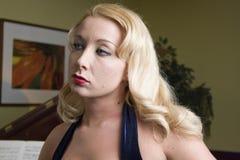 Mujer rubia pensativa Foto de archivo libre de regalías
