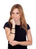 Mujer rubia pensativa con la camisa negra Imagen de archivo