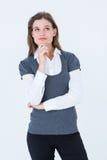 Mujer rubia pensativa con la mano en la barbilla imagenes de archivo