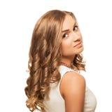Mujer rubia preciosa joven del retrato con los ojos del marrón aislados en w Imagenes de archivo