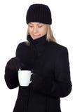 Mujer rubia que bebe algo caliente Foto de archivo libre de regalías