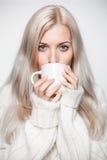 Mujer rubia que bebe un casquillo del té Foto de archivo
