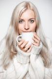 Mujer rubia que bebe un casquillo del té Imágenes de archivo libres de regalías