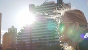 Mujer rubia que camina en la calle almacen de video