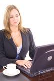 Mujer rubia que envía email Imagen de archivo libre de regalías