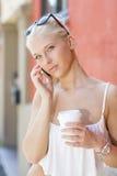 Mujer rubia que habla en el teléfono Foto de archivo
