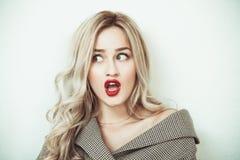 Mujer rubia que hace expresiones de la cara fotografía de archivo libre de regalías