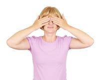 Mujer rubia que la cubre ojos, Fotografía de archivo libre de regalías