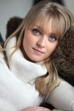 Mujer rubia que miente en un sofá Fotos de archivo libres de regalías