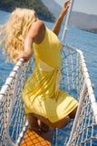 Mujer rubia que presenta en el arqueamiento de la nave. #2 Imagen de archivo libre de regalías