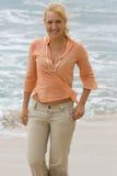 Mujer rubia que recorre en la playa. #2 Imagenes de archivo