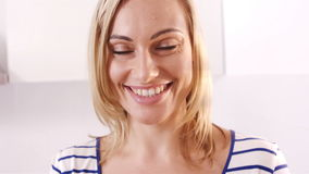 Mujer rubia que sonríe y que sostiene un cuenco de fruta metrajes