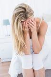Mujer rubia que sufre con dolor de cabeza Imagenes de archivo