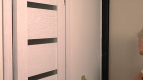 Mujer rubia que toca encima de una pared con una brocha metrajes