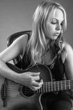 Mujer rubia que toca la guitarra Fotografía de archivo libre de regalías