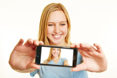 Mujer rubia que toma el selfie con smartphone Fotografía de archivo libre de regalías