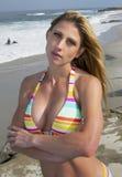 Mujer rubia revestida del bikini joven vacationing en la playa Imagen de archivo libre de regalías