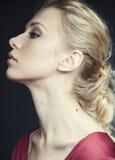 Mujer rubia rica hermosa en vestido elegante en el maquillaje ascendente de la moda del cierre negro del fondo, concepto de la ge Imagen de archivo