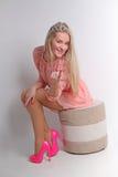Mujer rubia sensual con el pelo sedoso rizado brillante en dres elegantes Fotografía de archivo libre de regalías