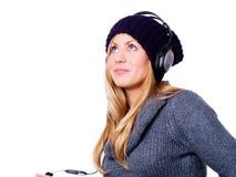 Mujer rubia sonriente con los auriculares Fotos de archivo libres de regalías