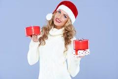 Mujer rubia sonriente con los regalos de la Navidad Foto de archivo libre de regalías
