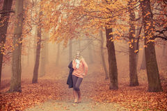 Mujer rubia sonriente de la moda con la chaqueta en parque Fotos de archivo libres de regalías