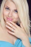 Mujer rubia sonriente hermosa con corte de pelo corto Eyes maquillaje Imagen de archivo libre de regalías