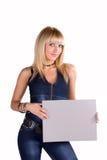 Mujer rubia sonriente hermosa que muestra el espacio en blanco Fotos de archivo libres de regalías