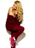 Mujer rubia sonriente linda dulce feliz en ropa casual Fotografía de archivo