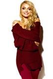 Mujer rubia sonriente linda dulce feliz en ropa casual Fotos de archivo libres de regalías