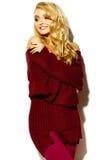 Mujer rubia sonriente linda dulce feliz en ropa casual Imagen de archivo libre de regalías